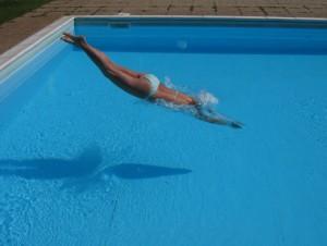 kobieta skacząca do basenu