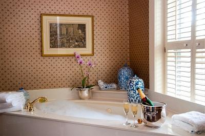Jak zaaranżować łazienkę ze skosami oraz wnękami